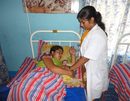 Levatrice assiste dopo il parto