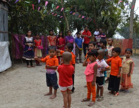 i bimbi cantano l'Inno Bengalese