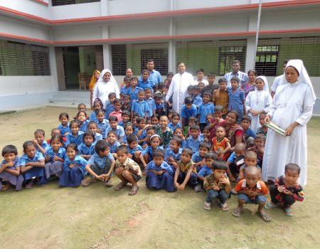 I bambini con il Vescovo Romen